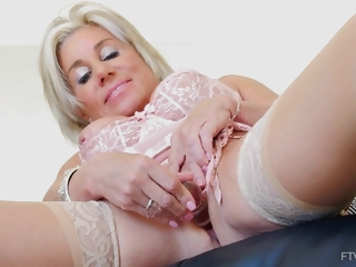 Payton is a injurious minded, mature blonde who likes to wear erotic stockings while masturbating